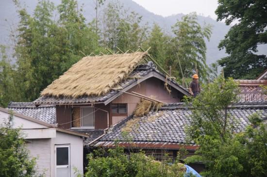 瓦屋根の上に茅葺き屋根