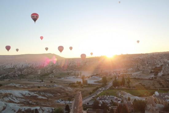 気球が飛ぶ朝