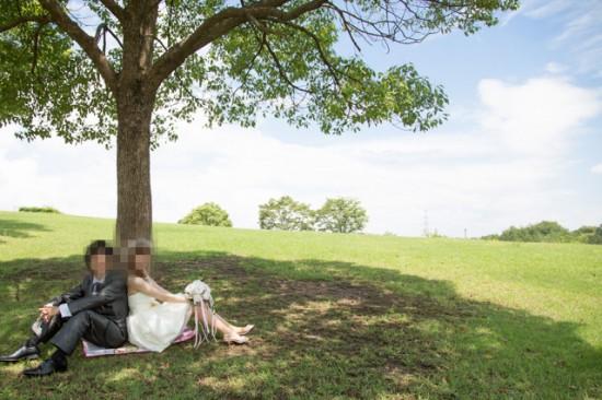 木の下に座るカップル