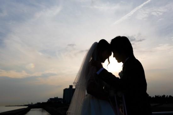海辺の夕日とカップル