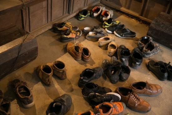 土間にちらばる靴