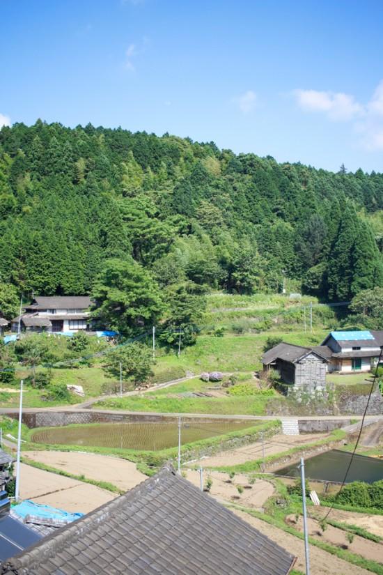 西原村の山間の集落の風景