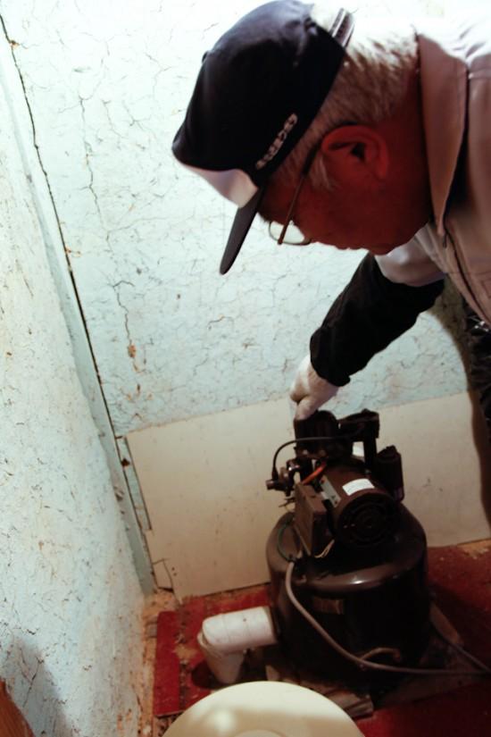井戸水をくみ上げる