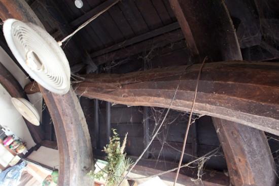 埃をかぶった古民家の梁