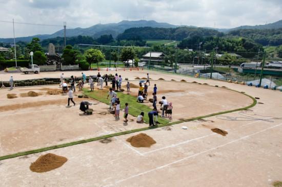 淡河小学校の芝生化