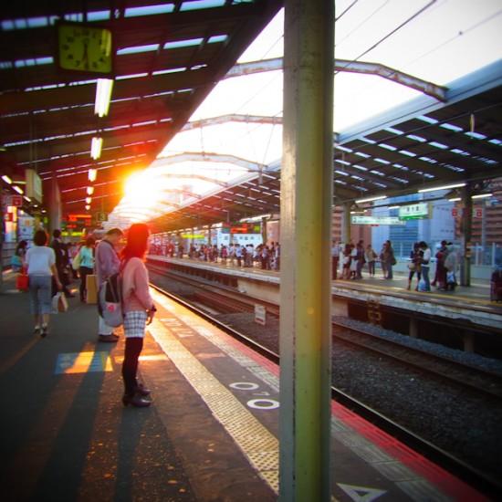 夕方の駅のホーム